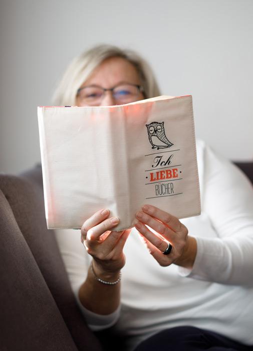 """Kornelia Neugebauer mit Buch """"Ich liebe Bücher"""""""